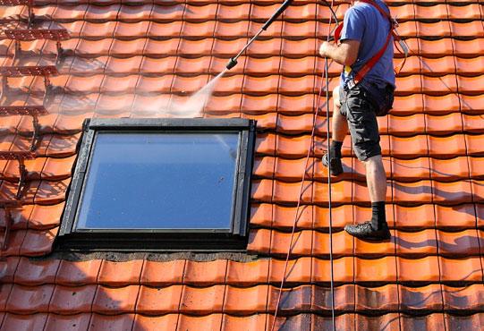 Les toitures nécessitent un entretien régulier par un nettoyage haute pression avant application d'un produit anti mousse par pulvérisation.